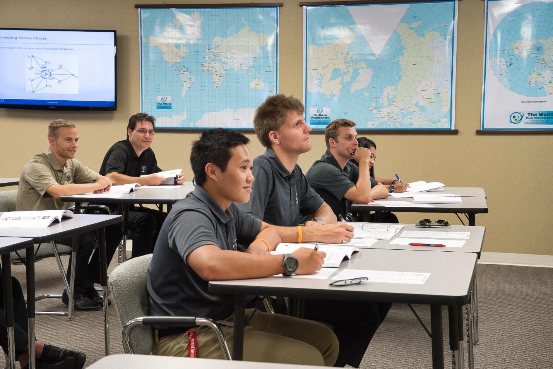 alumnos atendiendo en academia piloto helicopero usa
