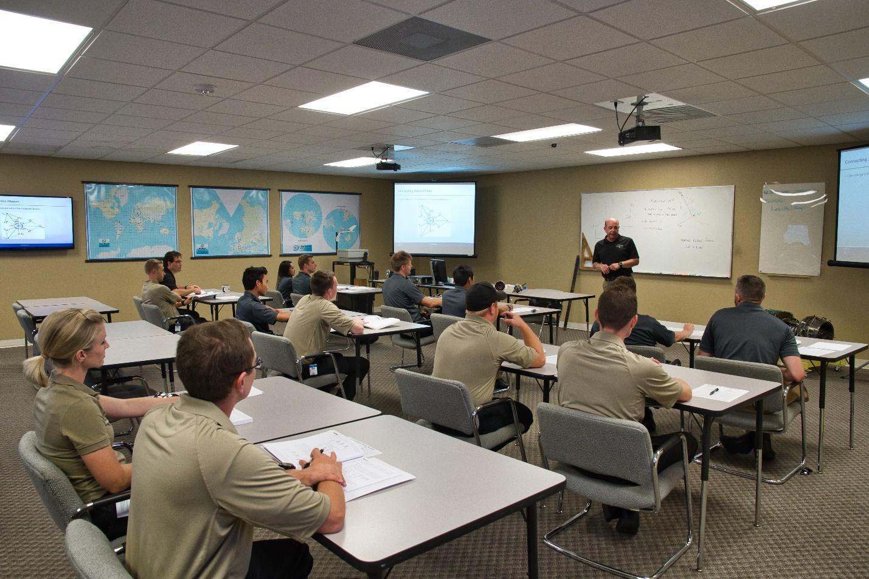 alumnos en clase-academia piloto helicopero usa
