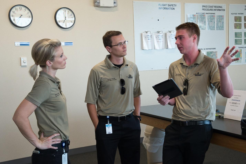 profesor explicando a alumnos-academia piloto helicopero usa
