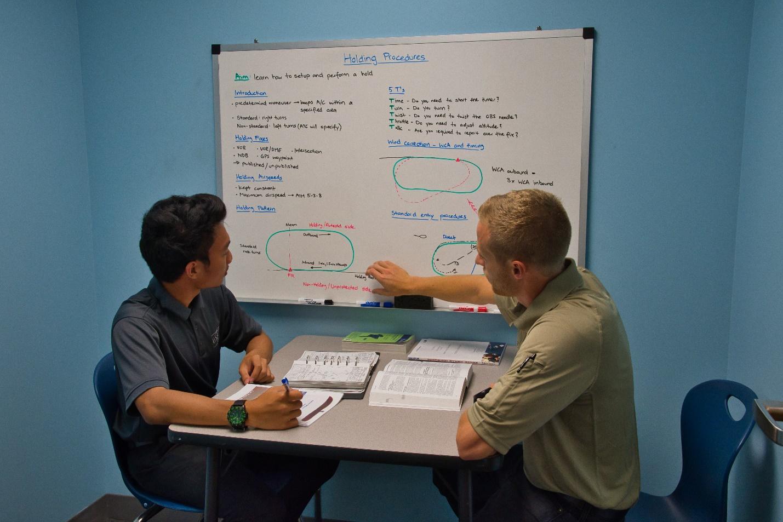 profesor explicando alumno en academia piloto helicopero usa